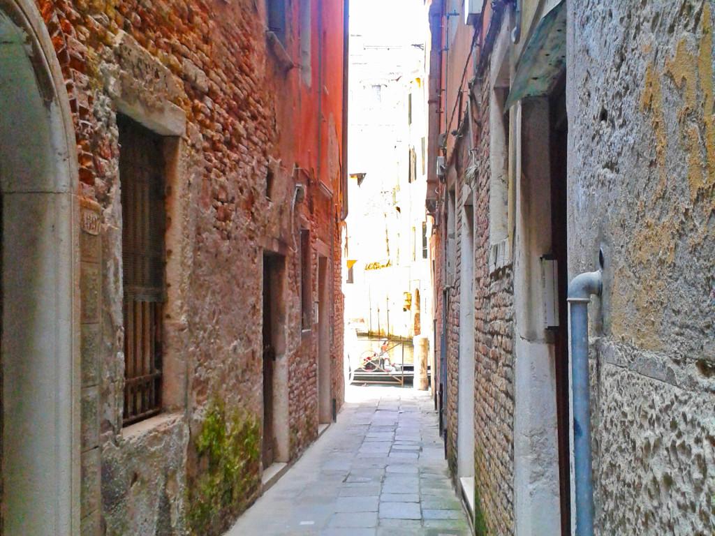 Это еще не самая узкая улица Венеции