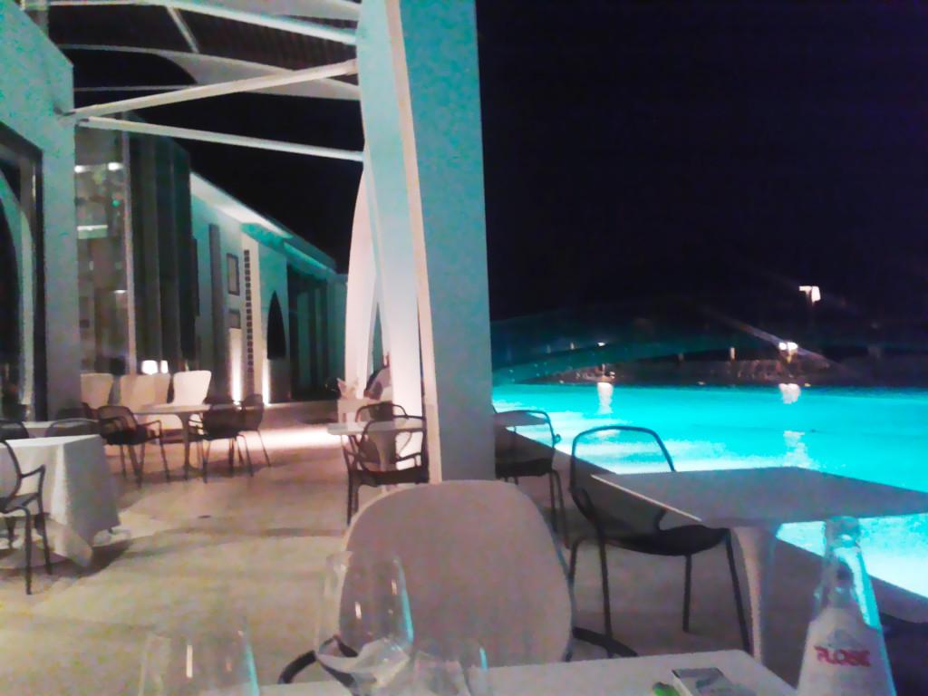 Ресторан на берегу бассейна в отеле Riviera Golf Resort