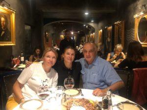 Поездка в Италию за мебелью - ужинаем с гостями в ресторане.jpg