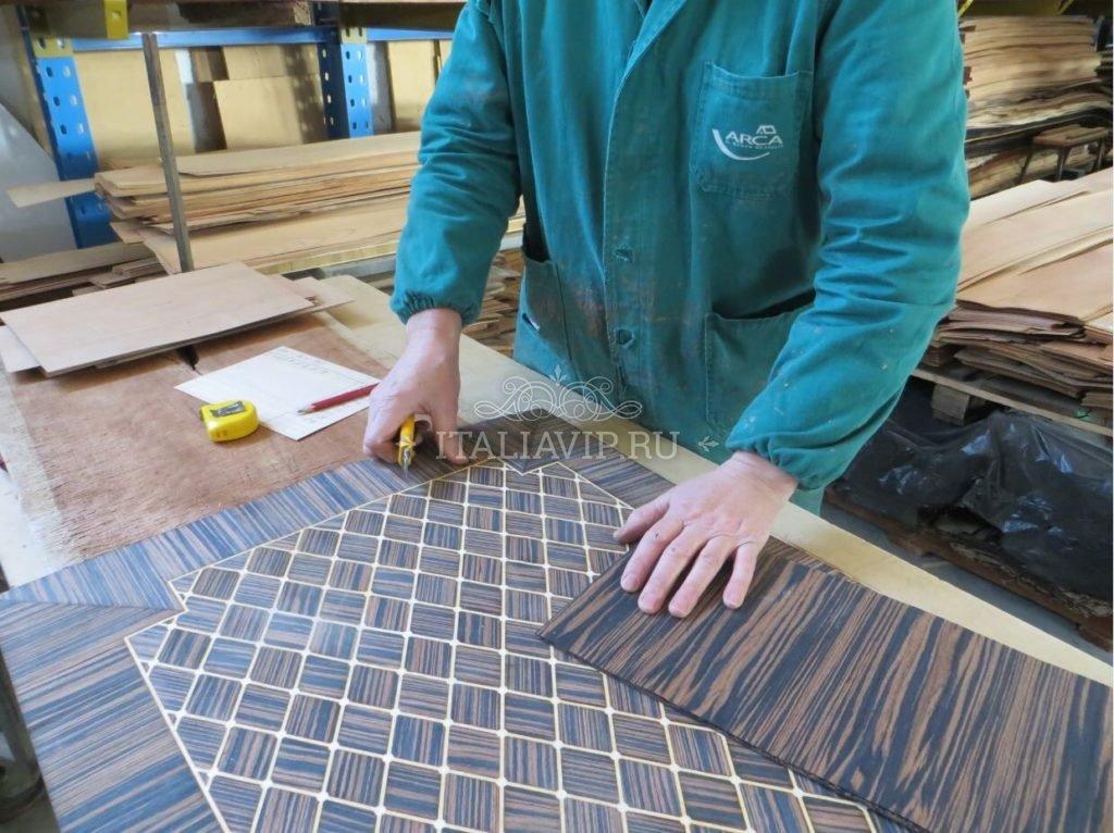 Итальянский мебельный мастер делает раскрой материала